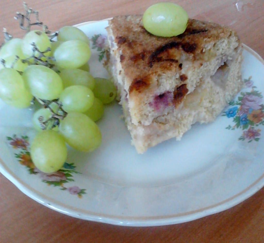 Яблочный пирог с корицей и виноградом