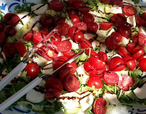 салат с моцареллой и помидорам