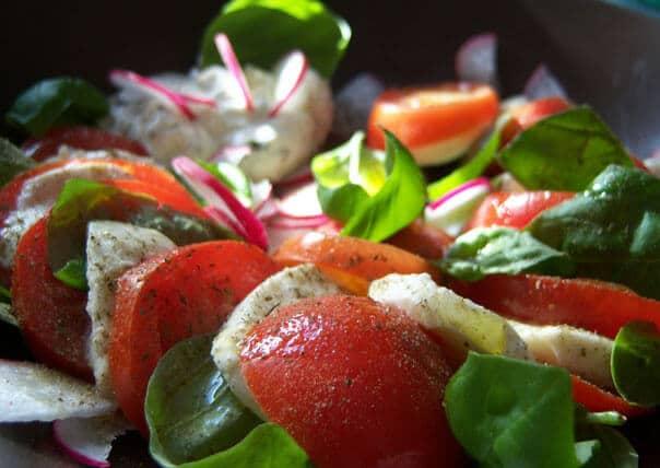 помидоры с моцареллой и базиликом