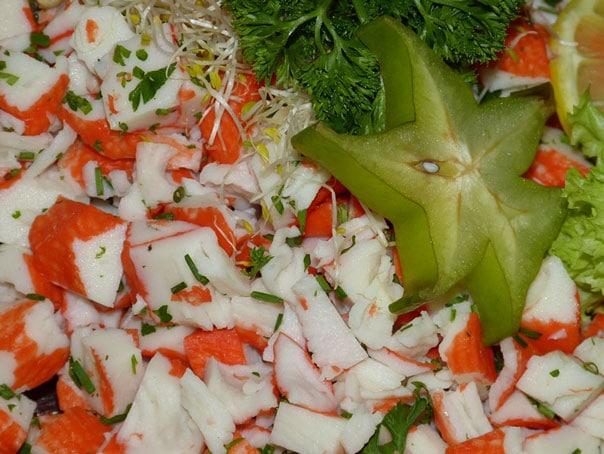 крабовый-салат-с-рисом-и-кукурузой