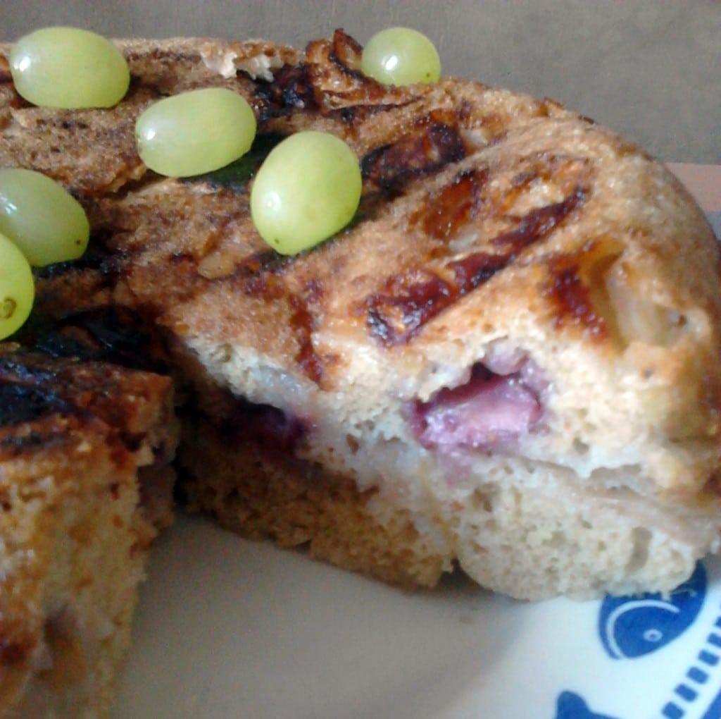 Яблочный пирог с корицей и ягодами