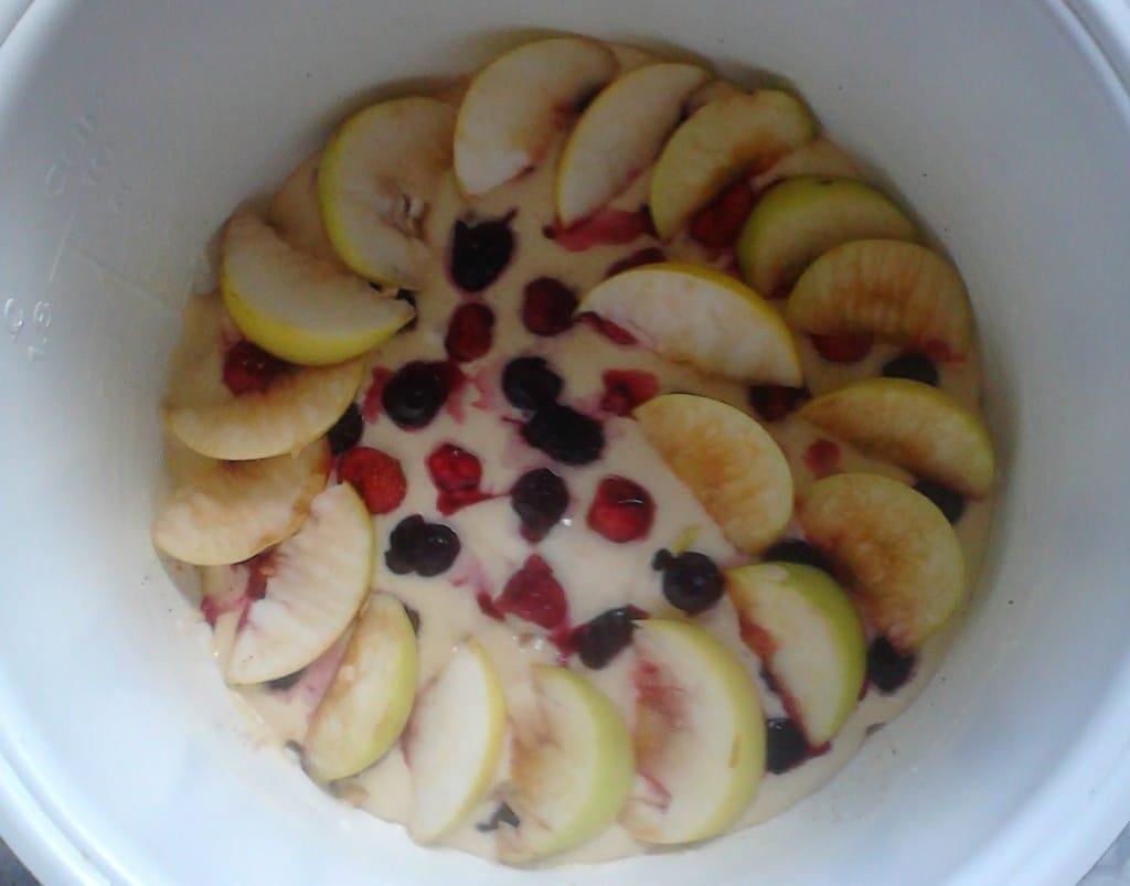 Яблочный пирог с корицей укладываем в мультиварку