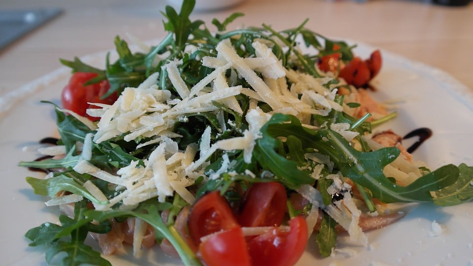 Салат из рукколы с помидорами